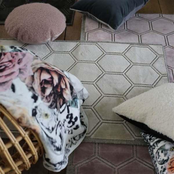 Moderner Designer Teppich Manipur mit modernem Sechseck-Design Designers Guild