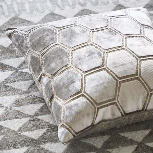 Samt-Kissen Manipur Oyster Modernes, geometrisches Muster weiß-silber-beige