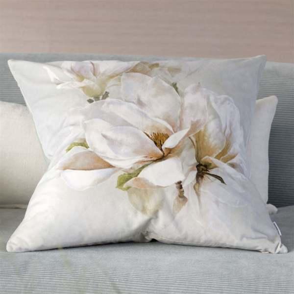 Samtkissen Yulan Birch Magnolienblüten Druck/Floral quadratisch Designers Guild