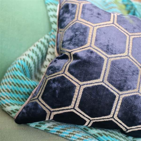 Designers Guild Samt-Kissen Manipur Midnight Modernes Muster dunkelblau